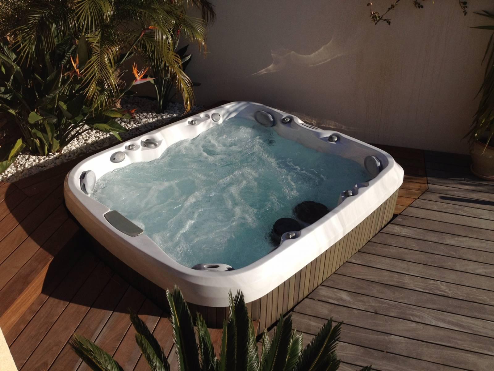 Materiel Piscine La Ciotat installation de spa jacuzzi pour 5 personnes à la ciotat